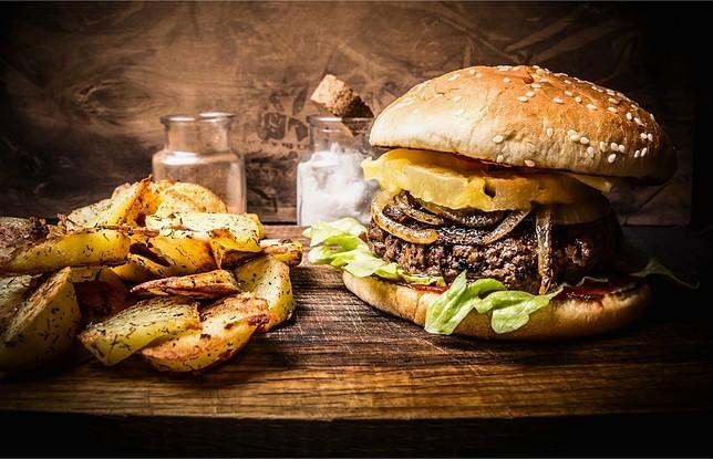 Гамбургер и картошка